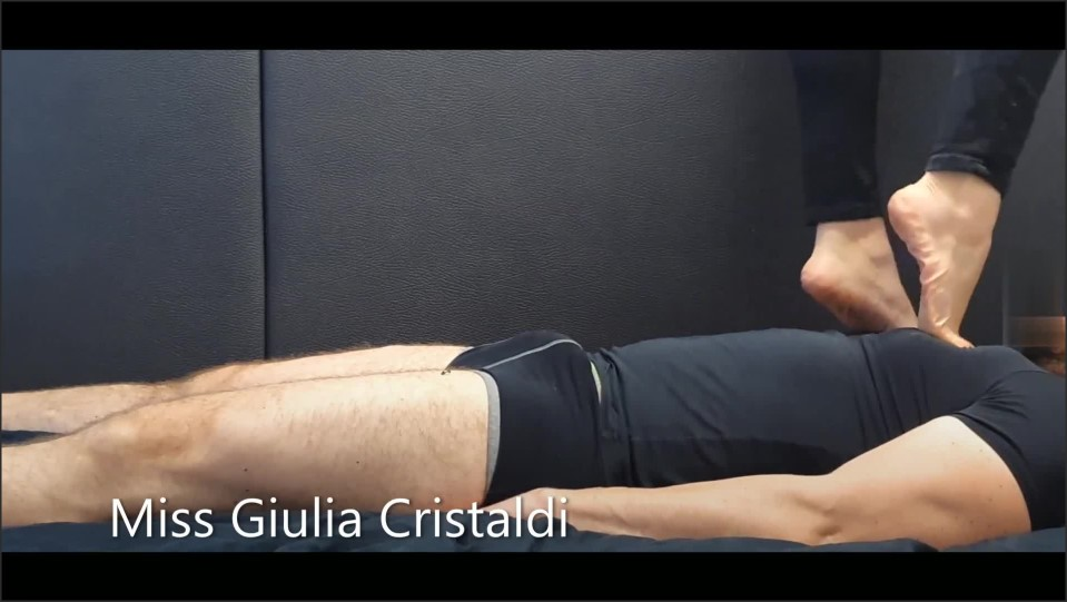 [Full HD] cock and chest trampling gli distruggo il cazzo ed il petto a piedi nudi   - Miss Giulia - -00:06:47 | Mistress, Kink - 118,3 MB