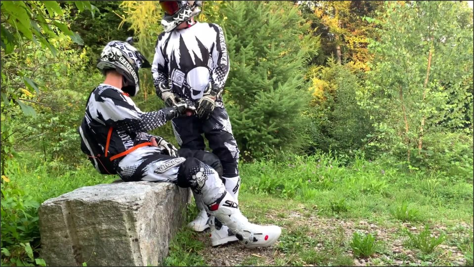 [Full HD] gearbiker p--ing and wanking over friend s cock   - GearBikers - -00:06:17 | Jerking Off, Bareback, Cumshot - 230,3 MB
