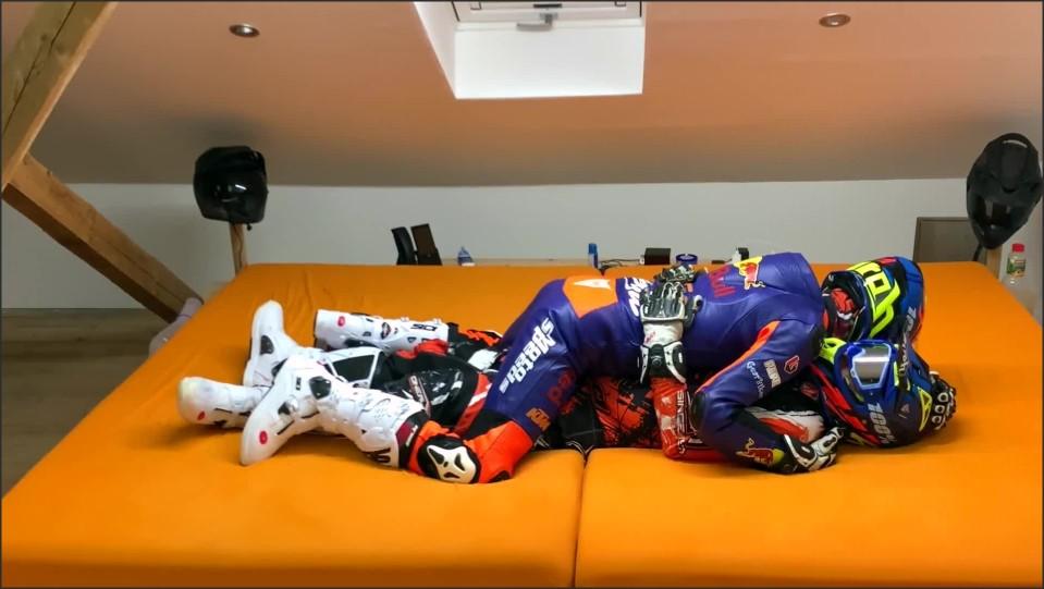 [Full HD] gearbiker s cuddle in full gear and wank their cocks   - GearBikers - -00:15:02 | Bikre, Gearbiker - 222,9 MB