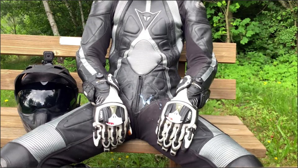 [Full HD] public wanking on a park bench next to the main street   - GearBikers - -00:07:25 | European, Bike - 197,1 MB