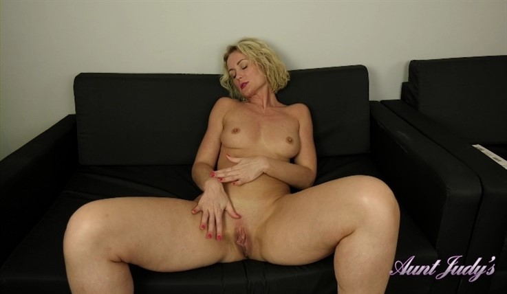 [Full HD] Natie - Cozy Couch Masturbation 29.10.19 Mix - SiteRip-00:13:05 | Blondes, MILF, Shaved Pussy, Small Boobs, Masturbation, Over 30 - 630,3 MB