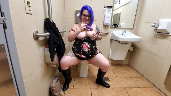 [Full HD] Buttercup Public Restroom Squirt Buttercup - ManyVids-00:10:12 | BBW,MILF,Public Toilet,Squirt,Squirting - 268,4 MB