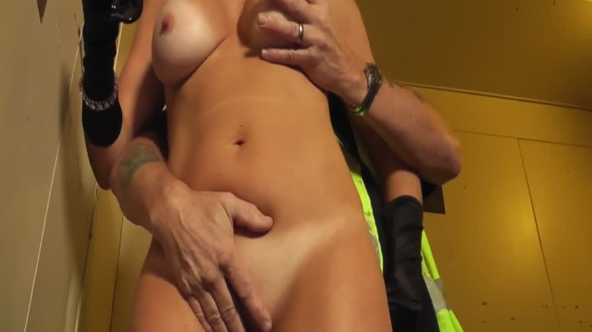 [Full HD] christiemilf dirty builder fucks me in the elevator ChristieMILF - ManyVids-00:09:07 | MILF,Cougar,Big Tits,Tan Bodies - 268,3 MB