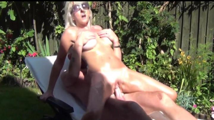 [HD] Christiemilf Fucking My Gardener ChristieMILF - ManyVids-00:15:20 | Outdoor Public Blowjobs,Outdoors,Lotion/Oil Fetish,Fucking - 293,4 MB