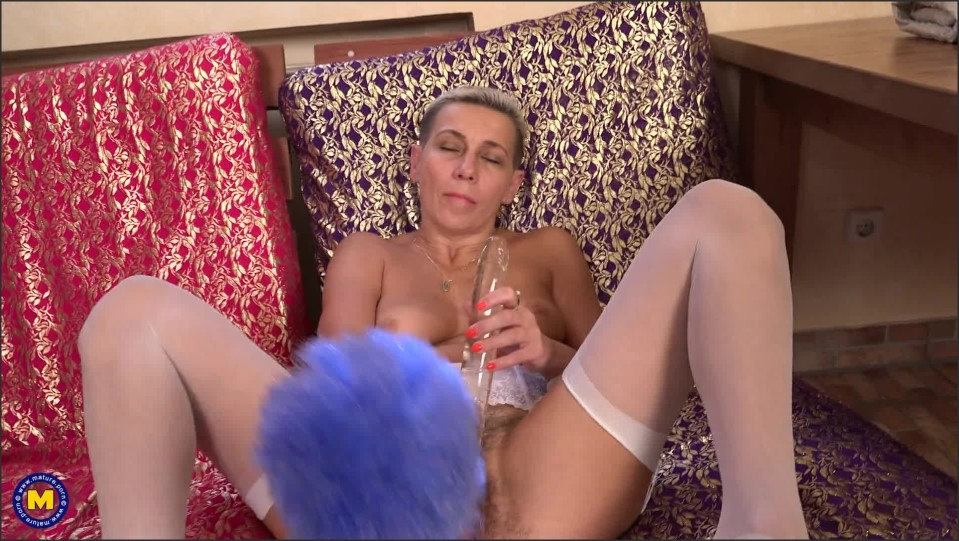 [Full HD] Kira - Hairy housewife Kira loves playing with herself Kira (52) - SiteRip-00:20:16 | Housewife, Masturbation, Hairy, Toys, Solo - 1,4 GB