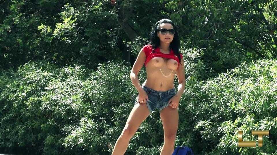 [Full HD] Lara Tinelli Flashing Titts And Ass Public Lara Tinelli - ManyVids-00:05:33 | Erotic Nude,Exhibitionism,Pornstars,Public Flashing,Tit Play - 614,7 MB