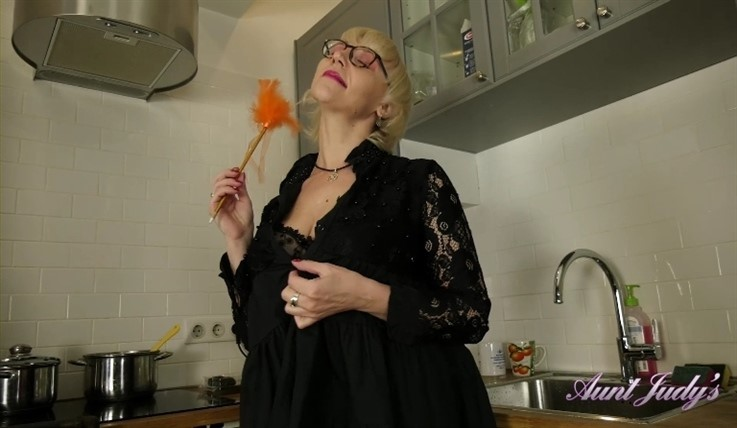 [Full HD] Auntie Linda - In The Kitchen 02.08.19 Mix - SiteRip-00:15:05 | Posing, Natural Tits, Mature, Solo, Masturbate, Big Tits - 726,1 MB