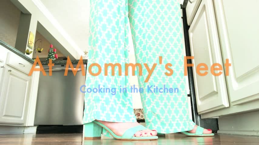 [HD] Dommetomorrow At Mommys Feet Cooking In The Kitchen DommeTomorrow - ManyVids-00:17:14 | Foot Slave Training,Foot Worship,Ignore,MILF,Taboo - 1,2 GB