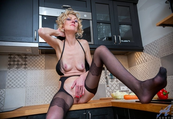[Full HD] Peggy - Up To Something 13.04.21 Peggy - SiteRip-00:16:01 | Solo, Bras, Small Boobs, Shaved Pussy, Pantyhose, Short Girls, Blonde, Long Hair, Tan Lines - 520,7 MB
