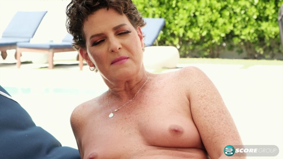 [4K Ultra HD] Beth McKenna - A Day At The Pool With Beth McKenna 08.04.20 Beth McKenna - SiteRip-00:13:26 | Outdoors, Solo, Bikini, Mature, Brunette, MILF, Masturbation, Hairy Pussy - 2,4 GB