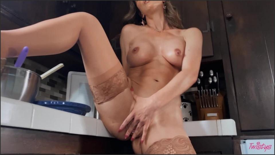 [HD] Cherie DeVille - A Taste Of Cherie Cherie DeVille - SiteRip-00:23:07   Big Tits, Masturbation, Solo, MILF - 683,9 MB