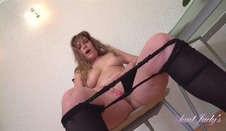[Full HD] Emely - Sets The Table & Masturbates For You 06.07.20 Emely - SiteRip-00:14:38 | Exhibitionism, MILF, High Heels, Stockings and Lingerie, Pantyhose, Shaved Pussy, Housewife, Brunettes, Ov...