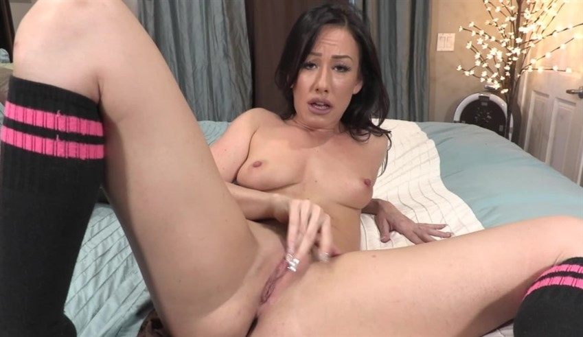 [Full HD] Jennifer White Show Me How Its Done Jennifer White - SiteRip-00:08:10 | Family, Shaved Pussy, Role Play, Great Ass, Small Tits, Brunette, JOI, Masturbation - 485,4 MB