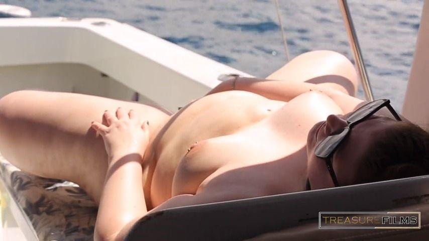 [HD] Treasure Films Masturbating On A Boat In Front Of Group Treasure_Films - ManyVids-00:03:48   Masturbation,Solo Female,BBW,Public Nudity,Public Outdoor - 81,5 MB