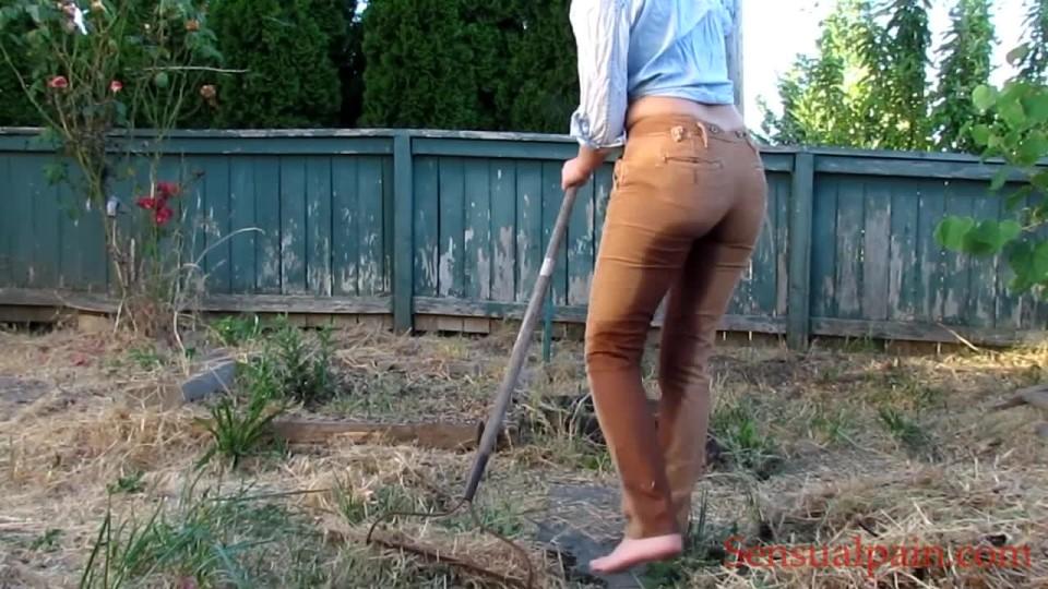 [HD] Abigail Dupree Pants Pissing Outdoors Abigail Dupree - ManyVids-00:04:24 | Female Desperation, Outdoors, Pee, Slave Training, Toilet Slavery - 189 MB