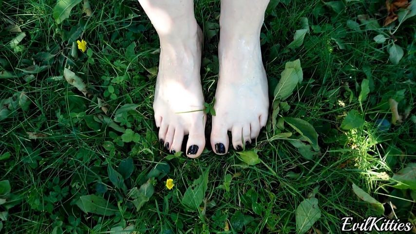 [Full HD] Evil Kitties First Time Pissing On Brunnetes Feet Evil Kitties - ManyVids-00:03:11 | Dirty Feet, Fetish, Outdoors, Pee, Soles - 436,8 MB