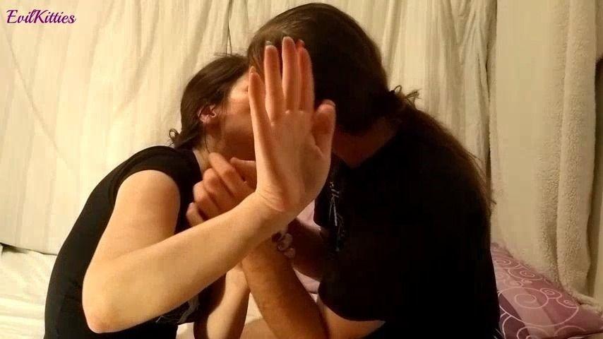 [Full HD] Evil Kitties Hands Fetish Evil Kitties - ManyVids-00:12:24 | Fetish, Hand Fetish, Hand Over Mouth, Hand Worship, Kissing - 4,3 GB