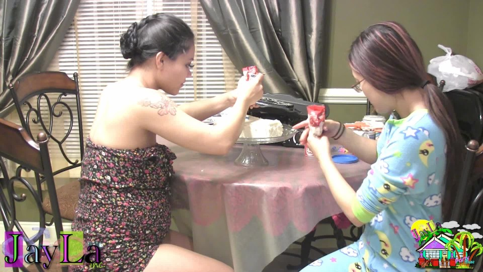 [Full HD] Jayla Inc Cake Decorating Lessons JayLa Inc - ManyVids-00:06:08 | Asian, Cooking, Eating, Food, Instructional - 621,7 MB