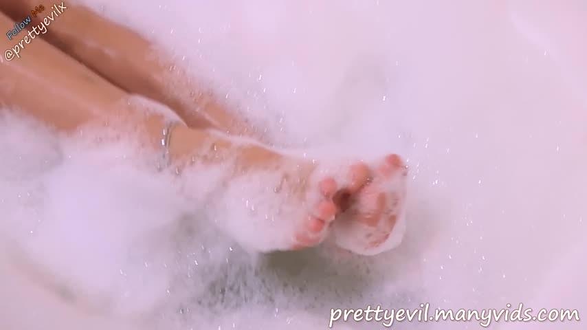 [Full HD] Prettyevil Bathtub Footjob Underwater Foam Foot Job Prettyevil - ManyVids-00:07:37 | Footjobs,Barefoot,Bathtub Fetish,Feet,Underwater Fetish - 497,5 MB