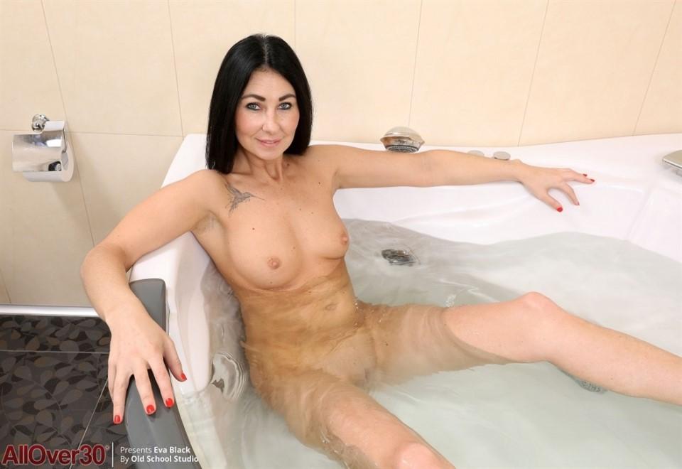 [Full HD] Eva Black - Mature Pleasure Eva Black - SiteRip-00:10:46   Shower, Shaved, Solo, Masturbation, Posing, Mature - 664,1 MB