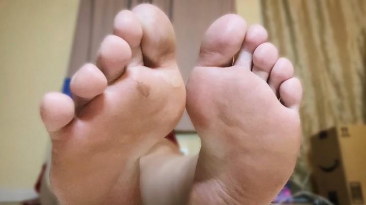 [Full HD] Rubberfoxx Sore Feet Ignore Rubberfoxx - ManyVids-00:02:20 | BBW Feet,Soles,Ignore,Femdom,Femdom POV,SFW - 88,5 MB