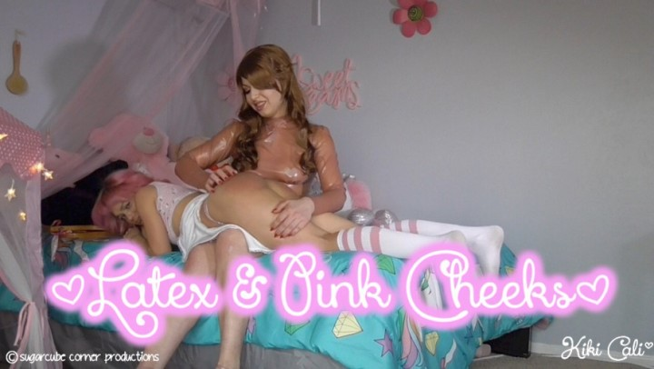 [HD] Kiki Cali Latex Amp Pink Cheeks Kiki Cali - ManyVids-00:06:20 | Femdom, OTK Spanking, Age Play, Latex, Slave Training - 552,6 MB