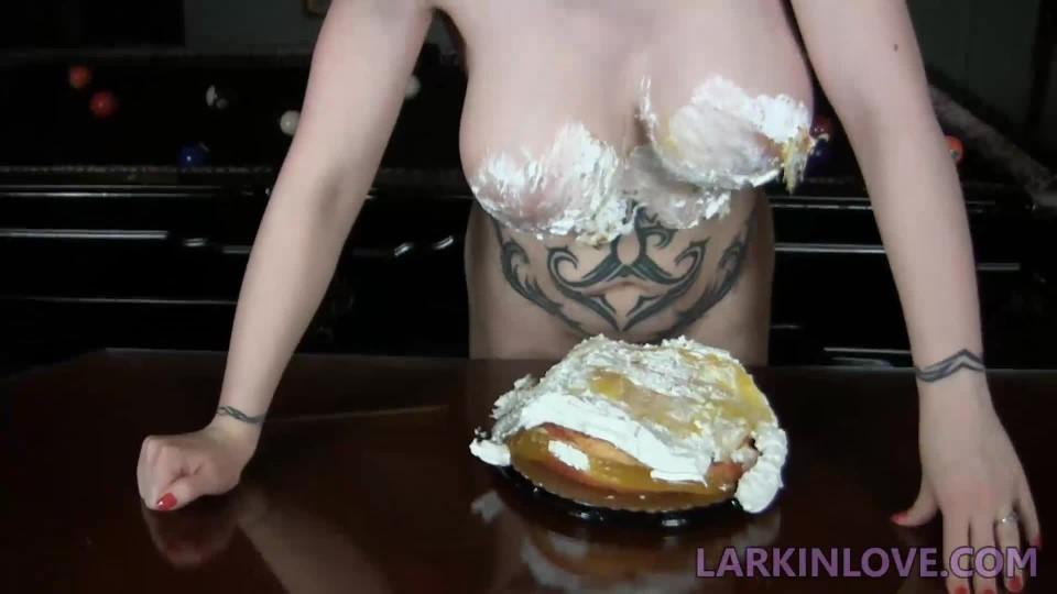 [Full HD] Larkin Love Cake Crushing Hug Larkin Love - ManyVids-00:04:04 | Big Tits, Food &Amp;Amp; Object Crush, Nudity/Naked, Titty Squeezing, Wet &Amp;Amp; Messy - 38,9 MB