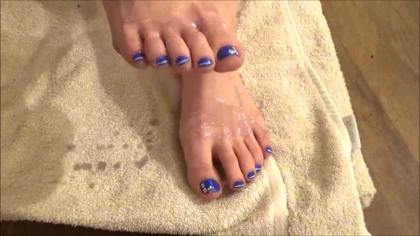 [HD] Missbroadwayy Pouring Dish Soap All Over My Feet Missbroadwayy - ManyVids-00:01:30 | Barefoot, Foot Fetish, Highly Arched Feet - 107,6 MB