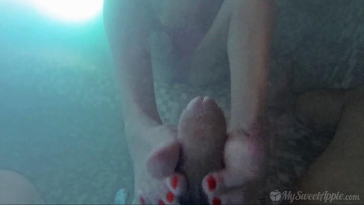 [Full HD] MySweetApple underwater footjob in a jacuzzi MySweetApple - ManyVids-00:11:20 | Amateur, Cumshots, Feet, Footjobs, Teens - 675,1 MB